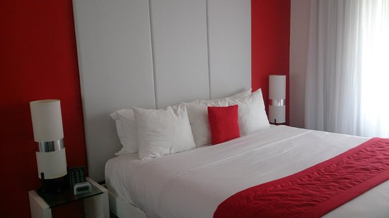 Red South Beach Hotel: Small queen room