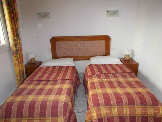 Hotel Kalliste: camera con comodini che non si possono aprire