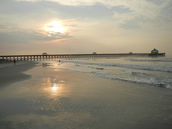 Tides Folly Beach: View of the fishing pier AT the hotel.  Nice evening walks.