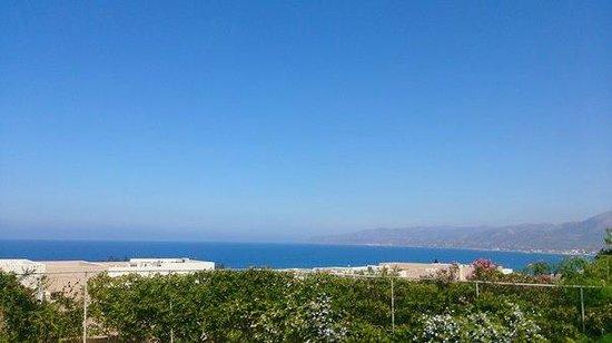 Semiramis Village : вид на море из территории отеля
