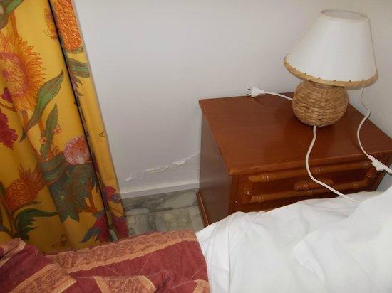 Hotel Kalliste: Particolari (umidità e comodino)