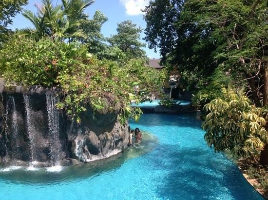 Padma Resort Legian: une des piscines
