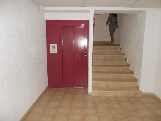 Hotel Kalliste: Ascensore e scale