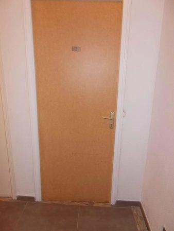Hotel Kalliste: Porta di ingresso della camera