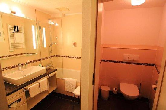 Romantik Hotel Schweizerhof Grindelwald: The bathroom