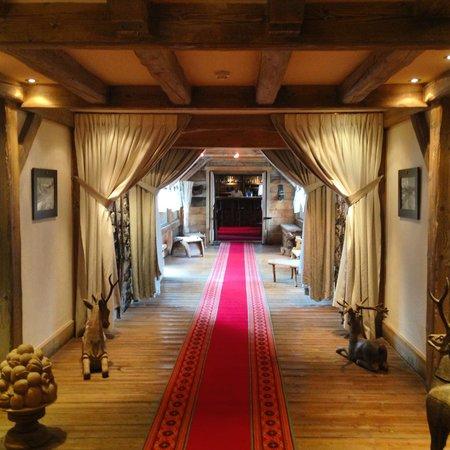 Hotel l'Ecrin du Val Claret : Couloir vers le Bar