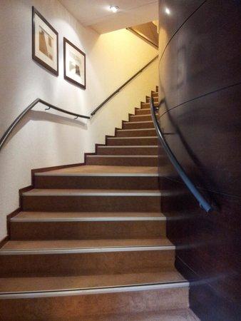 Novotel Barcelona Cornella: scale per accedere ai piani superiori