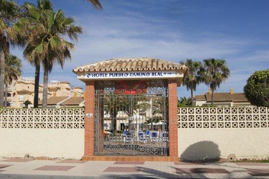 Hotel Pueblo Camino Real: arrêt de bus a droite et entrée du club par la piscine