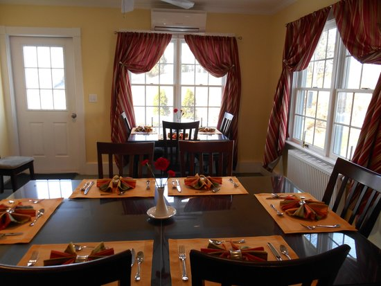 Bayberry House Bed & Breakfast: Enjoy breakfast in our well-appointed dining room.