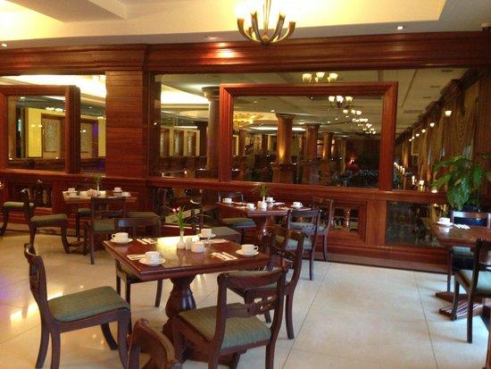 Prince D'Angkor Hotel & Spa: 朝食を頂くレストランは、ひろびろ★