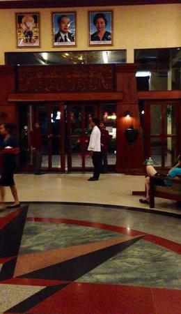 Prince D'Angkor Hotel & Spa: フロントにはたくさんのスタッフがいて、セキュリティばっちり★