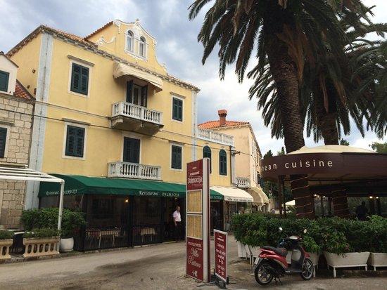 Villa Pattiera : front of hotel & restorant