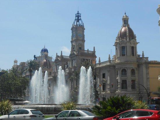 Plaza Ayuntamiento: La place et sa fontaine