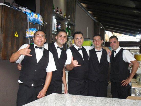 LABRANDA Isla Bonita: Une équipe de service au bar du soir au top.