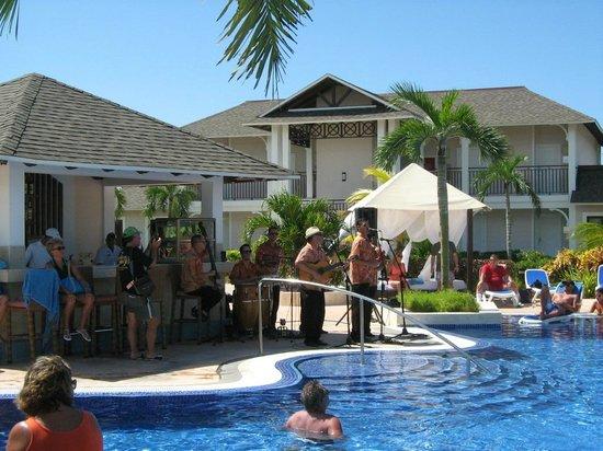 Royalton Cayo Santa Maria: Musique sur le bord de la piscine principale