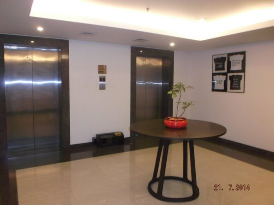 Lemon Tree Hotel, Electronics City, Bengaluru: Lift area of the floor