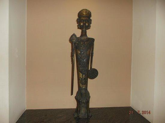 Lemon Tree Hotel, Electronics City, Bengaluru: Statues in the corridor to rooms