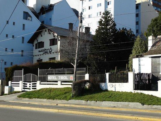 Hotel Tirol Bariloche: Foto do hotel, tirada no lado do lago Nahuel Huapi
