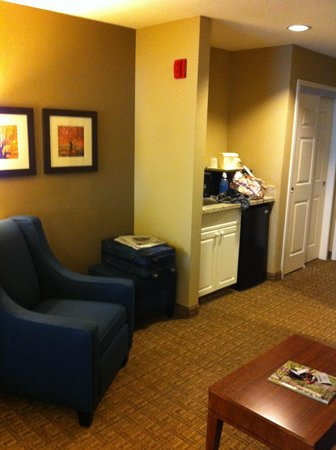 Comfort Inn & Suites North Conway: kitchenette and seating area