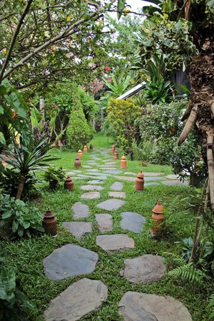 Villa Maydou : Garden pathway to the restaurant