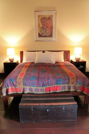 Villa Maydou : Big bed with beautiful Laotian sheets