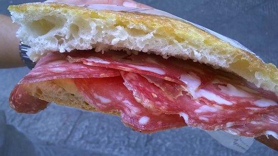 All'Antico Vinaio : Panino con salame toscano, scamorza e crema di pomodori secchi