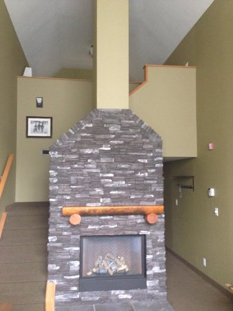 Banff Caribou Lodge & Spa : Fireplace in our loft bedroom