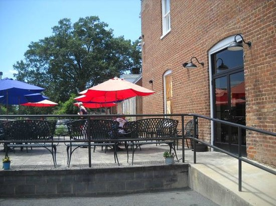 Tavern on the James : outdoor seating area