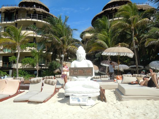 El Taj Oceanfront & Beachside Condos Hotel: View of front of El Taj on the beach