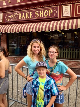 Carlo's Bakery: Still smiling after a 2+ hour wait