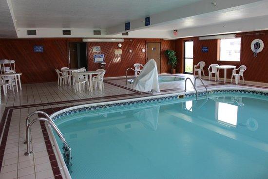 Days Inn Watertown: Pool and Spa