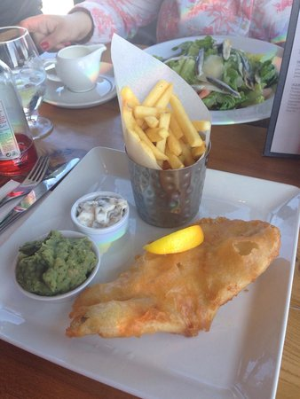 Scott's Bar & Restaurant: Fish and chips