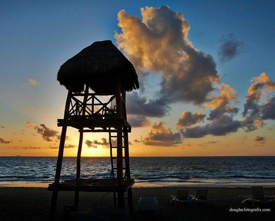 Dreams Riviera Cancun Resort & Spa : Sunrise on the beach at Dreams Riviera Cancun