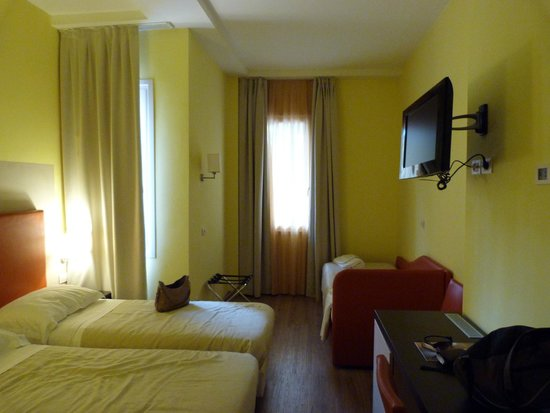 Regal Hotel and Apartments: chambre triple