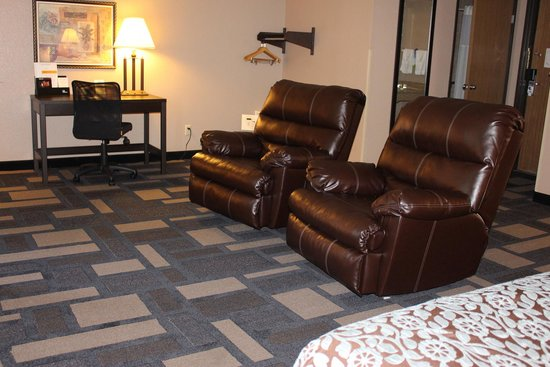 Days Inn Watertown: Jacuzzi Suite Seating Area