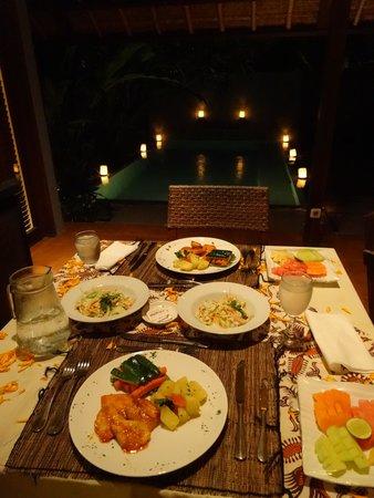 Mayaloka Villas Seminyak: 燭光晚餐