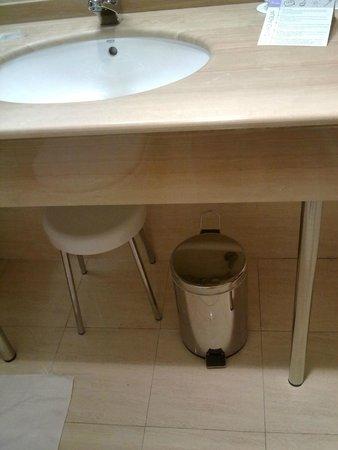 Gran Hotel de Ferrol: Papelera rota en el baño