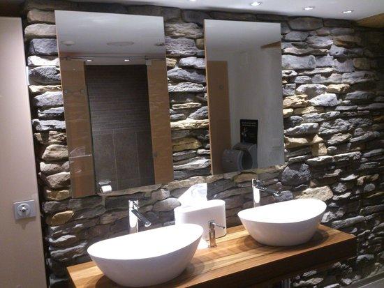 Restaurant Taverne - Hotel Interlaken: Interlaken - Restaurant Taverne - bathroom (natural stone masonry)