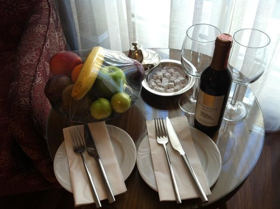 Neorion Hotel: Welcome fruits and wine at the room.