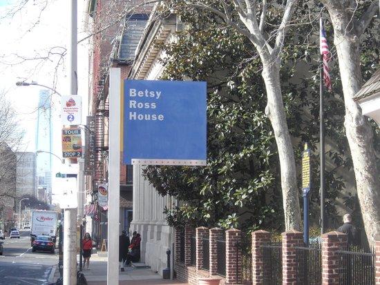 Betsy Ross House: Visão da rua
