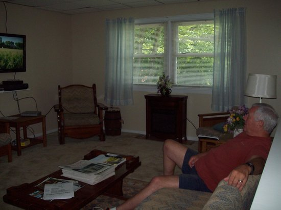 PA Dutch Country RV Resort: Adult lounge living room