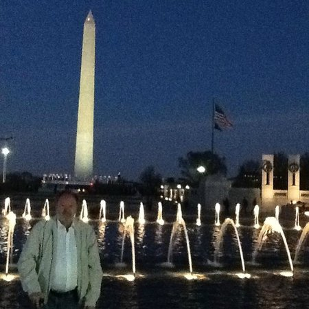 National World War II Memorial : Washington Monument behind the fountain at WW II Memorial