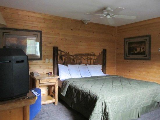 Georgetown Mountain Inn: Chambre avec lit en bois sculpté