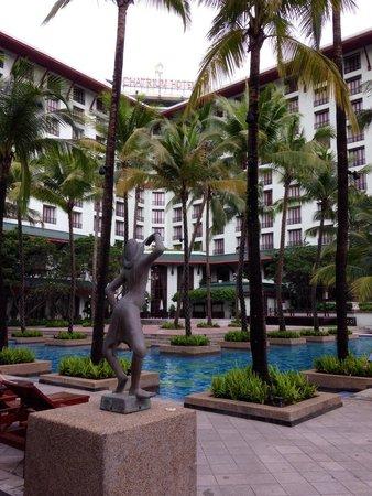 Chatrium Hotel Royal Lake Yangon : View of hotel and pool