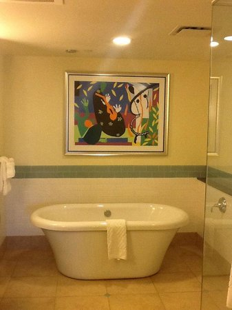 Parc Soleil by Hilton Grand Vacations: tub fills from water that falls from the ceiling