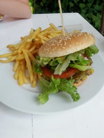 Restaurante Bellaverde: Vegetable burger and chips with raspberry relish. Vegan.