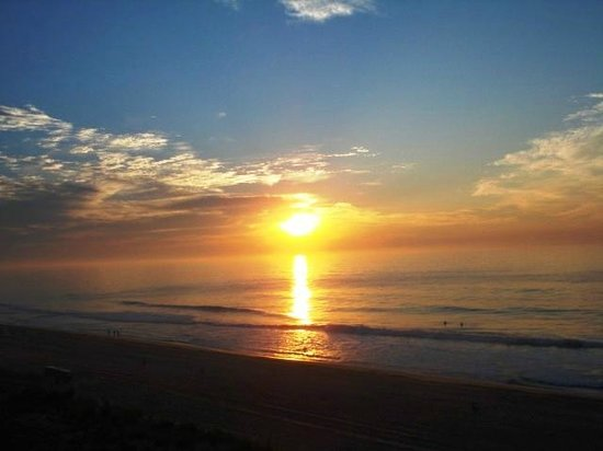 Dunes Manor Hotel & Suites: OC Sunrise as seen from our balcony