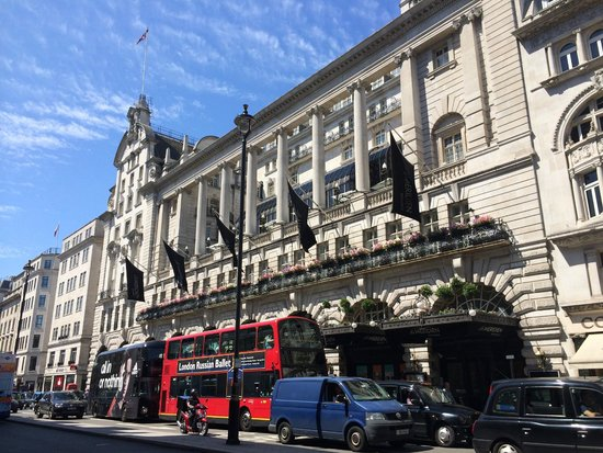 Le Meridien Piccadilly: Grand Entrance of hotel