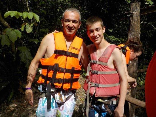 Punta Laguna Nature Reserve: Es obligatorio para bajar al cenote el chaleco salvavidas y el arnes.