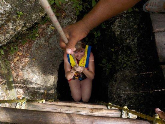 Punta Laguna Nature Reserve: Bajando al cenote.